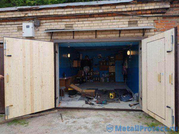 Распахнутые ворота в гаражном кооперативе