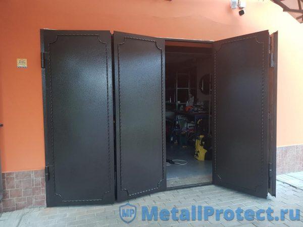 Ворота для гаража с коваными элементами.