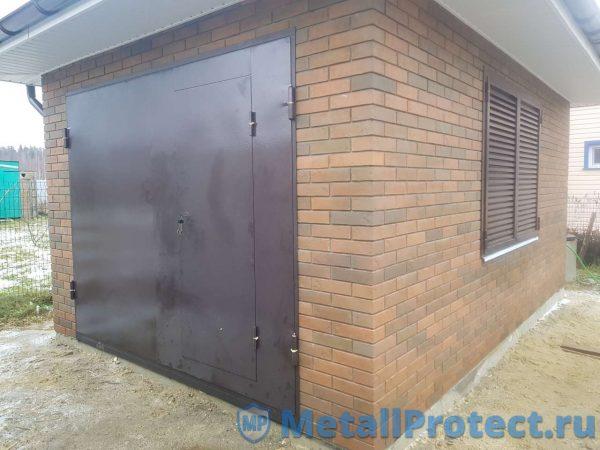 Ставни и ворота в одном гараже в частном доме