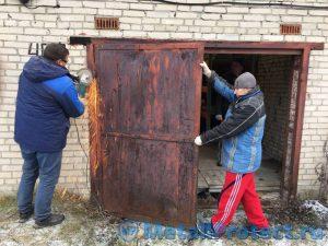 Демонтаж ржавых ворот, срезать петли