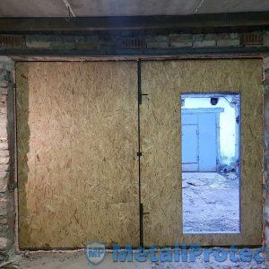 Утеплённые гаражные ворота ВГМП – 004 (С калиткой, окрас – хаммерайт, отделка – OSB)