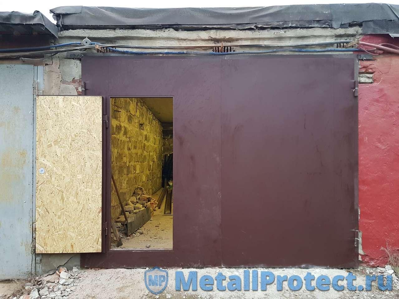 Ворота коричневые с левой калиткой производства Metall Protect